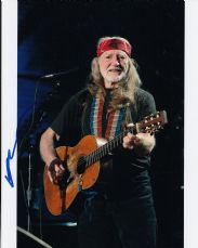 P71WN WILLIE NELSON SIGNED 10X8 PHOTO